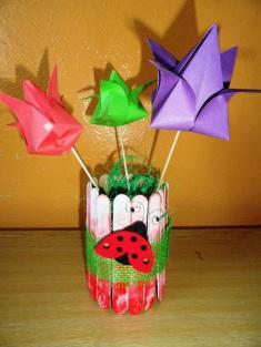 Ještě jedna papírová váza sjarními květinami